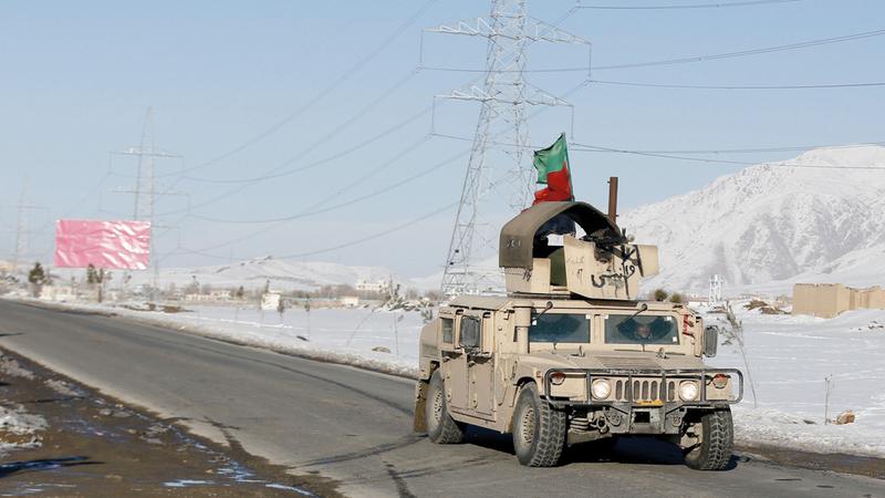 سيارة همفي تابعة للجيش الأفغاني تجوب شوارع وارداك في كابول.  إي.بي.إيه