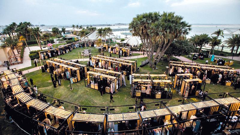 تشتمل المعروضات على منتجات متنوّعة كالمجوهرات والعطور والإكسسوارات والملابس النسائية الجاهزة. من المصدر