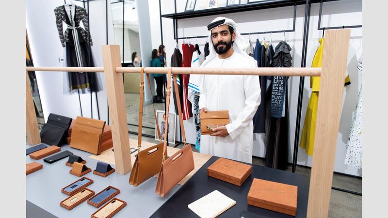 السبوسي: أصمم وأنفذ المنتجات الجلدية بأسعار مقبولة. تصوير: أحمد عرديتي