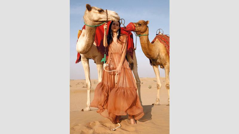 92ba6a7e69c28 صحراء دبي وبحرها.. مصدر إلهام لمبدعة أستونية - الإمارات اليوم