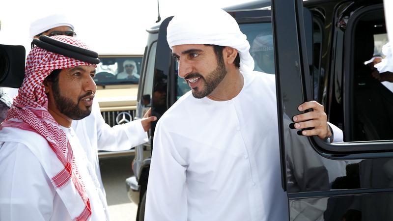 حمدان بن محمد خلال حضوره مهرجان ولي عهد دبي للهجن العربية الأصيلة. من المصدر
