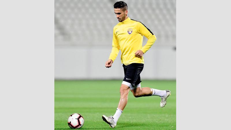 لاعب العين الجديد البرتغالي روبن روبيرو خلال تدريبات «الزعيم».  من المصدر
