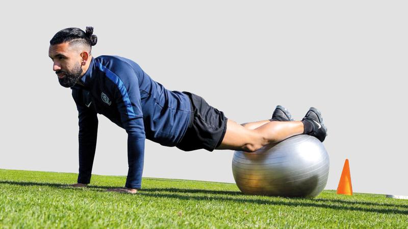 لاعب النصر الجديد التشيلي فيرنانديز في التدريبات.  من المصدر