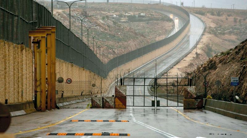 إسرائيل تقيم حاجزاً عسكرياً على مدخل ومخرج الجزء المخصص للفلسطينيين من الشارع لمنعهم من دخول القدس.  الإمارات اليوم