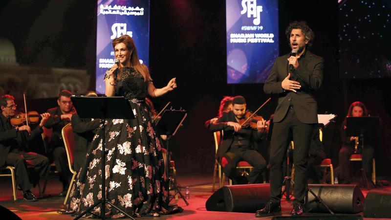 سميرة وآركانغل خلال الأمسية التي ارتحلت بين فنون موسيقية متنوّعة. من المصدر