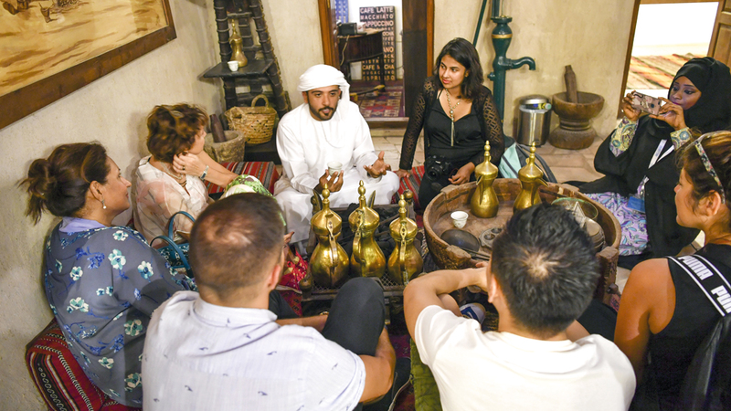 الفريق يأخذ السياح في جولات سيراً على الأقدام في الأماكن التراثية في أنحاء الدولة.  تصوير: مصطفى قاسمي