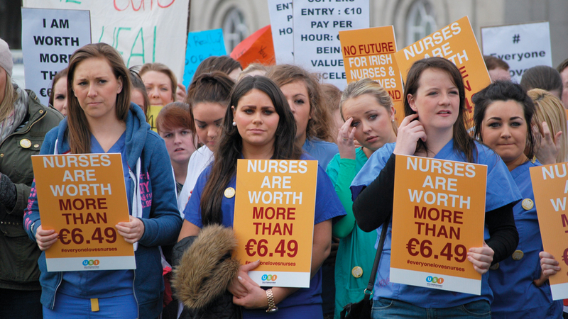 احتجاج للمطالبة بتحسين ظروف عمل الممرضات في المستشفيات.  أرشيفية