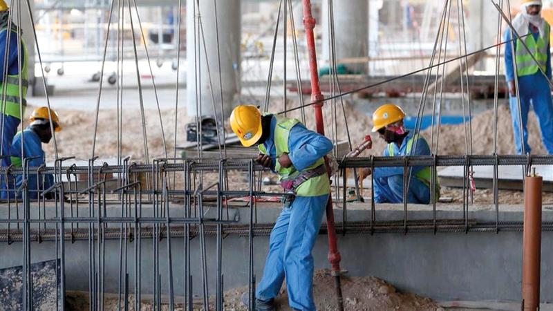 الأجانب يعملون في ظروف غير إنسانية بقطر. أرشيفية
