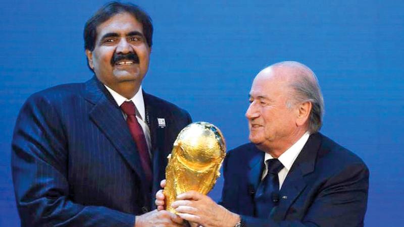 أمير قطر السابق مع  جوزيف بلاتر الرئيس السابق للاتحاد الدولي لكرة القدم «فيفا».  أرشيفية