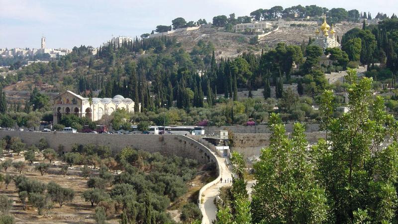 مسار مشروع القطار الهوائي (التلفريك) ينطلق من جبل الطور ماراً فوق مدن مقدسية عدة. الإمارات اليوم