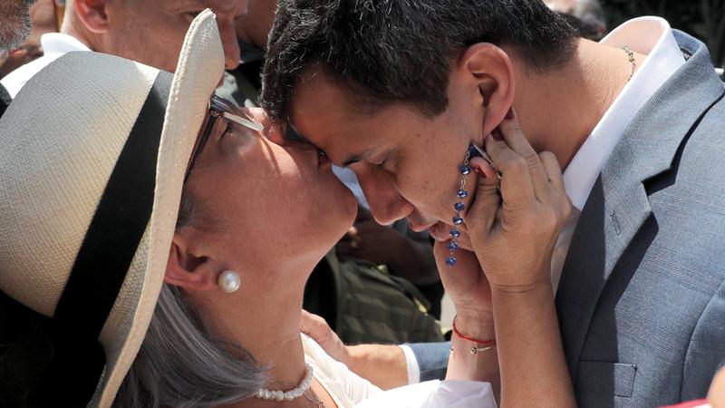 نوركا ماركيز تُبارك ابنها الرئيس بالوكالة.  إي.بي.إيه
