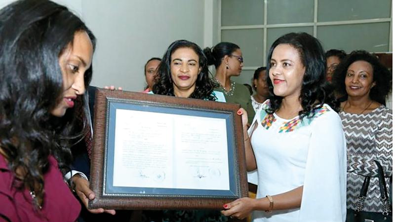 السيدة الإثيوبية الأولى تتسلم شهادة تبنّي الطفل.  من المصدر