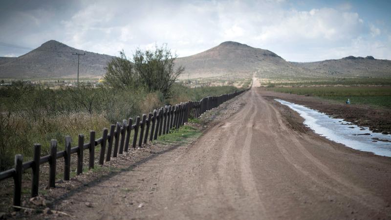 الحدود الدولية بين المكسيك وولاية نيو مكسيكو.  أ.ب