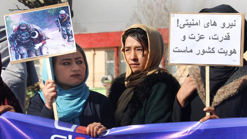 نساء أفغانيات يحتجن على تصريحات رئيس وفد «طالبان» بحل الجيش الأفغاني عند الانسحاب الأميركي. إي.بي.إيه