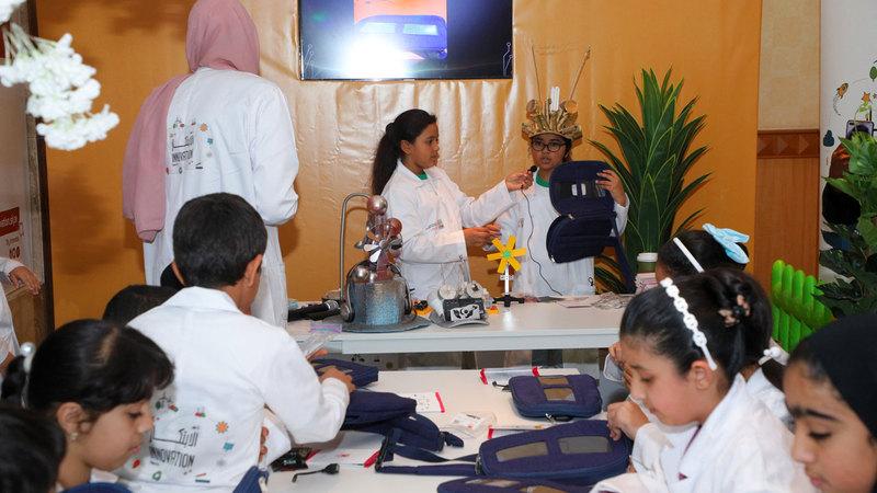 عدد من الأطفال خلال ورشة الشاحن الشمسي. من المصدر