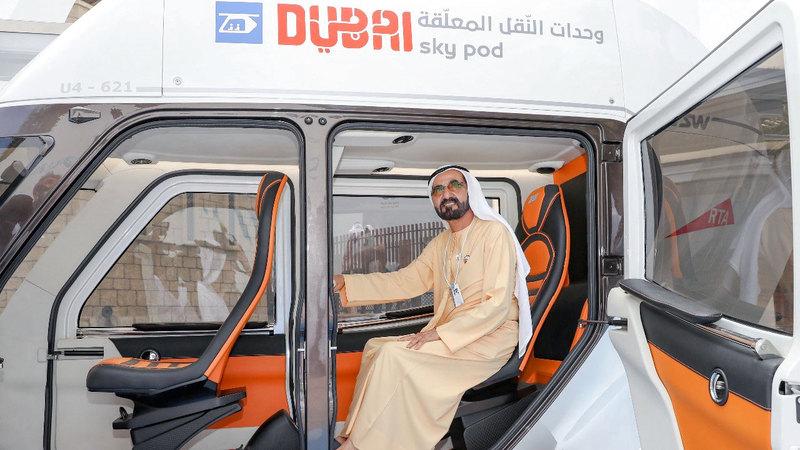 محمد بن راشد يطّلع على النموذج الأول من وحدات النقل المُعلّقة.  من المصدر
