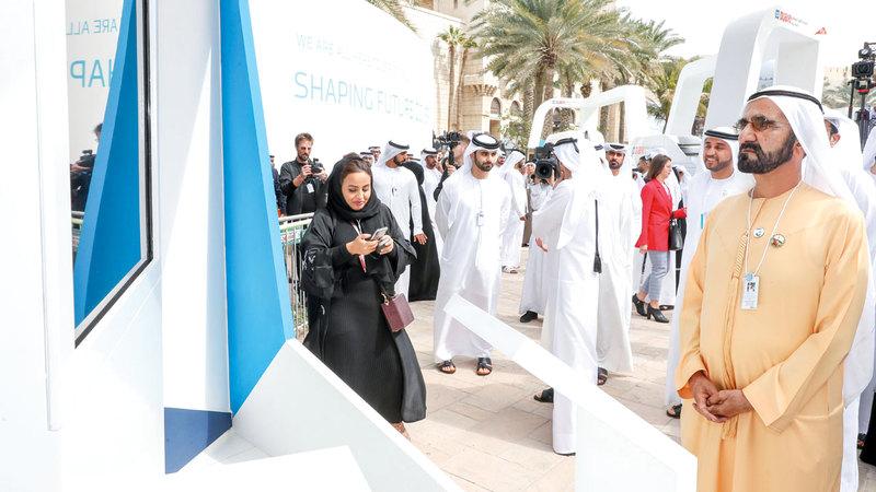 محمد بن راشد خلال إطلاقه «مركز دبي الدولي لأفضل الممارسات». وام