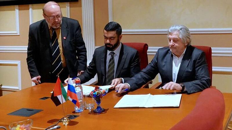 سيف غباش وفلاديمير غريغوريف خلال توقيع الاتفاقية. من المصدر