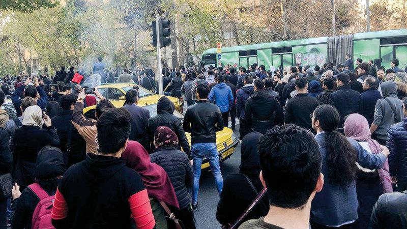 الإيرانيون في الداخل يواصلون الاحتجاجات رغم الإجراءات الأمنية والاعتقالات. أرشيفية