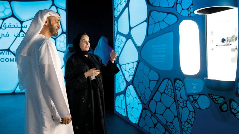 محمد بن زايد خلال تفقده متحف المستقبل. وام