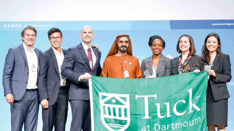 محمد بن راشد يكرّم فريق كلية «تاك» بجائزة تحدي الجامعات العالمي. وام