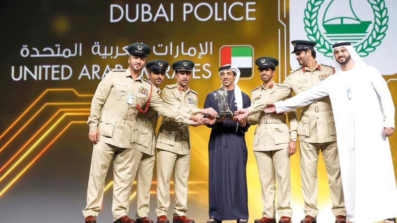 منصور بن زايد يكرّم الفائزين بجائزة أفضل خدمة حكومية عبر الهاتف المحمول. وام