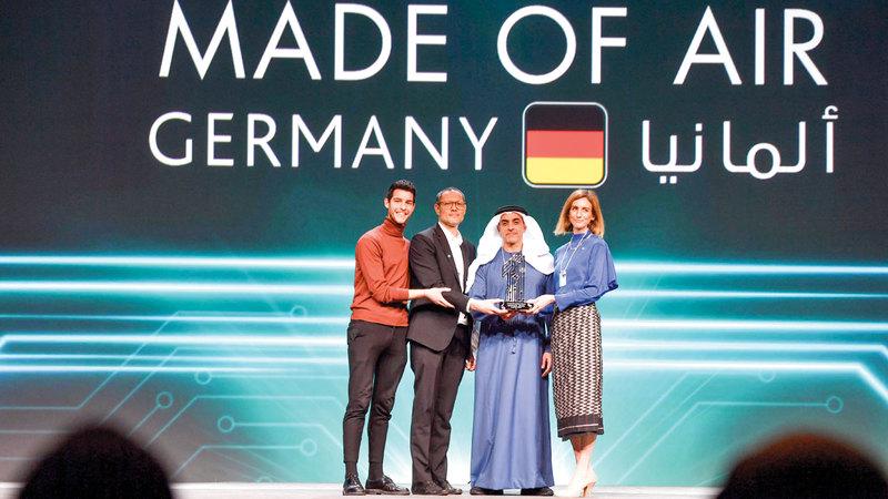 سيف بن زايد يكرّم الشركة الفائزة بالجائزة الكبرى. وام