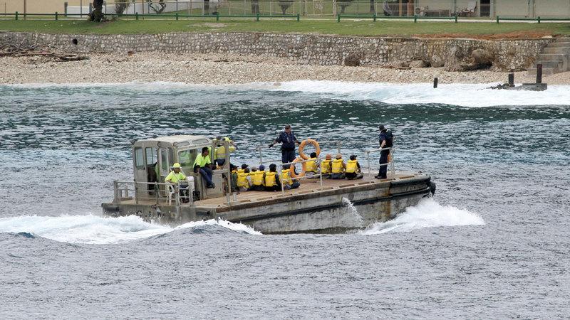 الشرطة تنقل مجموعة من الفيتناميين طالبي اللجوء إلى جزيرة كريسماس النائية.  أ.ب