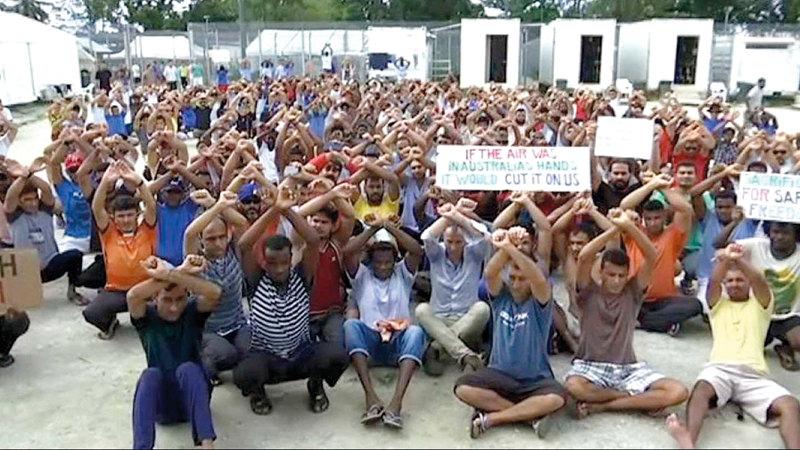 اللاجئون يحتجّون على ظروف احتجازهم داخل المعسكرات.  أرشيفية