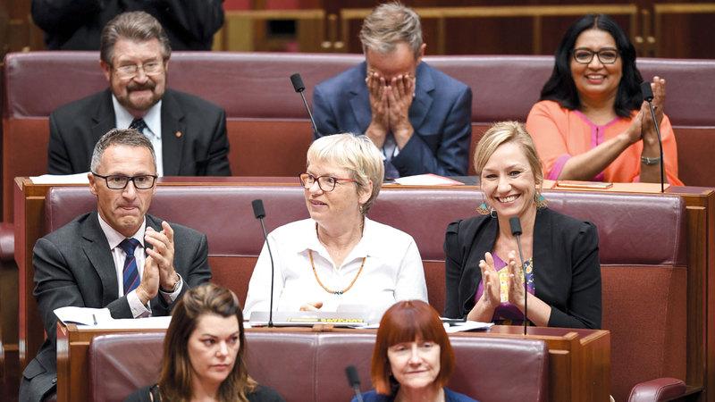 أعضاء البرلمان خلال التصويت على تشريع يمكّن اللاجئين  من تلقّي العلاج.  إي.بي.إيه