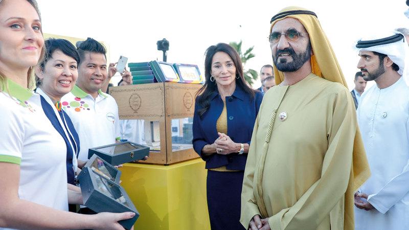 محمد بن راشد خلال إطلاق العلامة التجارية الجديدة لمطار دبي الدولي بحضور حمدان بن محمد.  وام