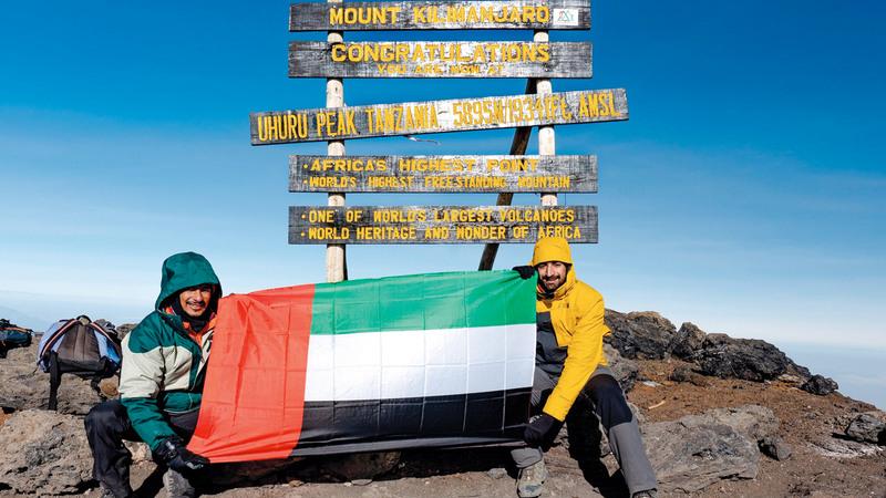 علم الإمارات على قمة جبل كليمنجارو.  من المصدر