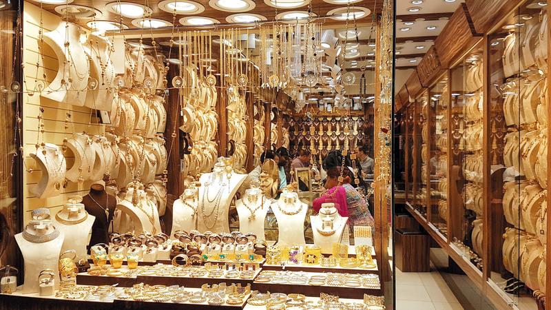 عروض بيع الذهب من دون مصنعية أو برسوم مخفضة تشمل مشغولات مستعملة يتم تجديدها وتلميعها وإعادة بيعها.  تصوير: أحمد عرديتي