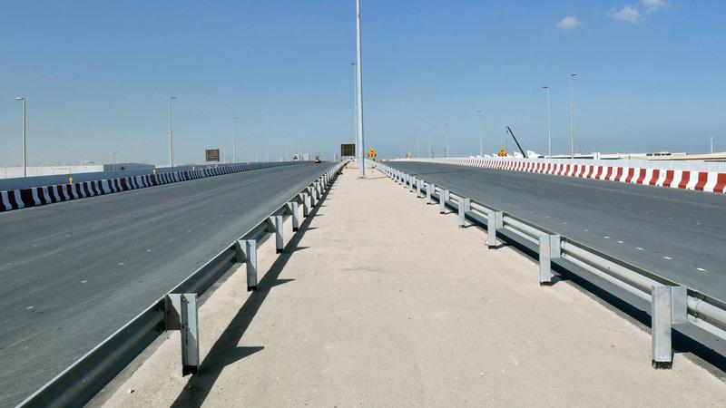 خلال وضع اللمسات النهائية قبيل افتتاح الجسر.  من المصدر