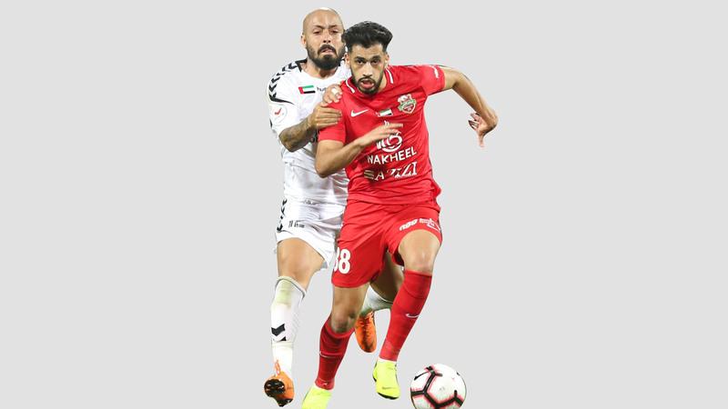 فييرا كاد يكلف فريقه خسارة المباراة.. وفي الصورة مع ماجد حسن. من المصدر