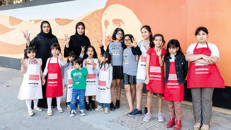 الورشة اشتملت على جولة استكشافية للأطفال بهدف التعرف والاطلاع على جدارية عام زايد. من المصدر