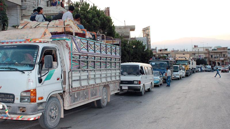 سوريون يصلون معبر المصنع على الحدود السورية اللبنانية  في طريق عودتهم إلى بلادهم.  أ.ف.ب
