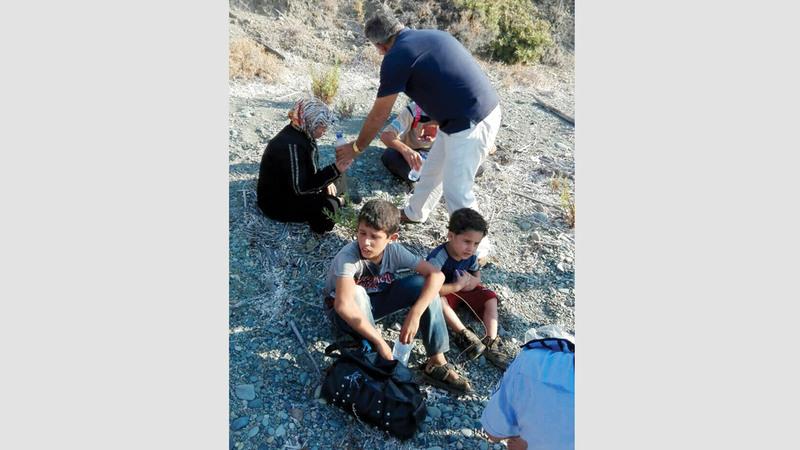 لاجئ سوري مع افراد عائلته لدى وصولهم الى قبرص. أ.ف.ب