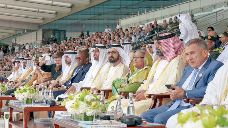 محمد بن راشد ومحمد بن زايد خلال افتتاح فعاليات معرض ومؤتمر الدفاع الدولي «آيدكس» في دورته الـ14. وام