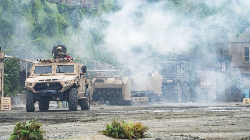 خلال سيناريو لعملية عسكرية وهمية شاركت فيه وحدات عسكرية برية وجوية وبحرية.  وام