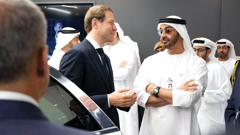 محمد بن زايد خلال زيارته أجنحة شركات دولية مشاركة في المعرض.  وام