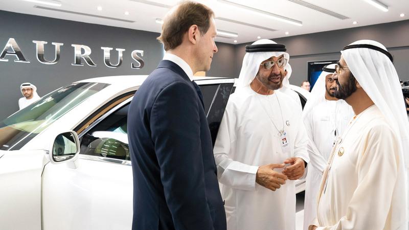 محمد بن راشد ومحمد بن زايد أعربا عن إعجابهما بتقنيات السيارة وتصميمها المميز.  وام