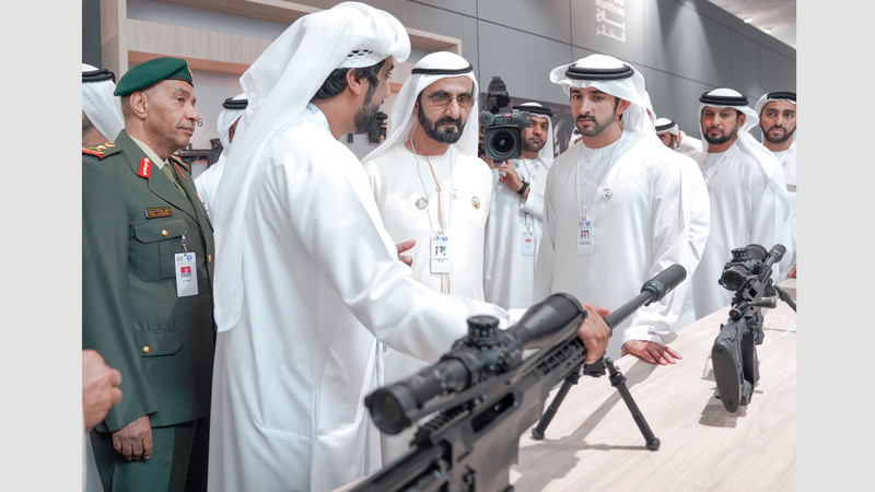 محمد بن راشد حرص على تفقد أجنحة الشركات الوطنية المتخصصة في الصناعات العسكرية الدفاعية.  وام