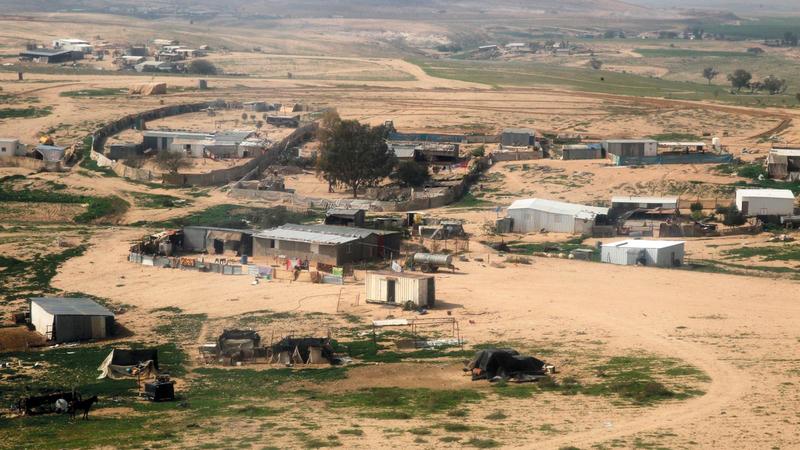 قرى التجمعات البدوية في النقب تفتقر إلى أدنى مقومات الحياة، وتحرمها إسرائيل من شبكات الكهرباء والماء ومشروعات البنى التحتية. الإمارات اليوم