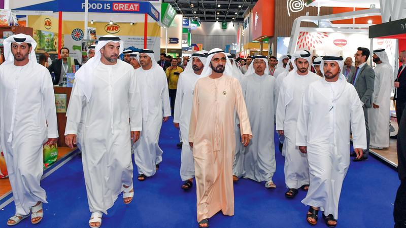 محمد بن راشد تجوّل في أرجاء المعرض الذي يغطي مساحة تقدر بمليون قدم مربعة. من المصدر