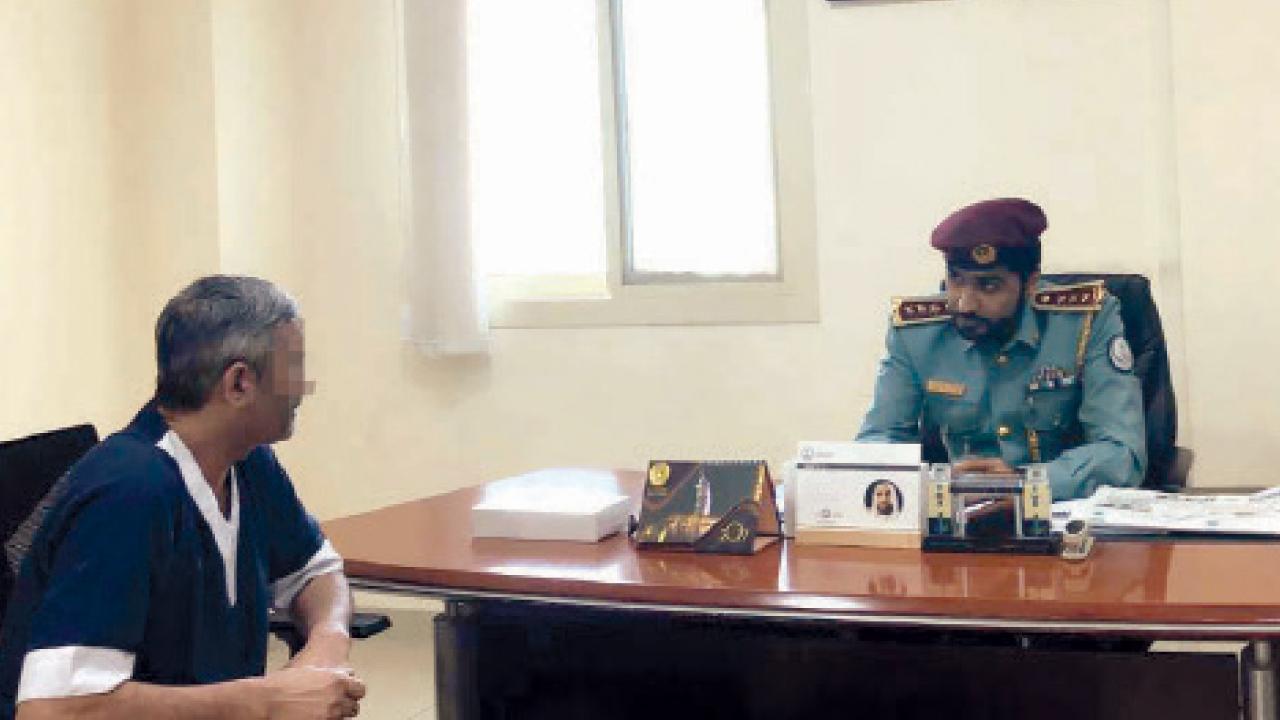النزيل محمد إسحاق يتحدث إلى أحد ضباط السجن. من المصدر