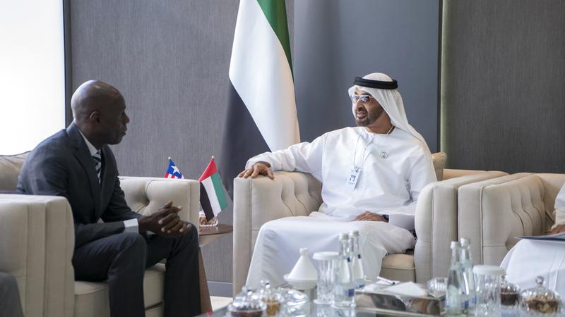محمد بن زايد خلال استقباله وزير الإعلام والشؤون الثقافية والسياحة الليبيري.  وام