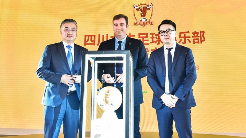 جانب من المؤتمر الصحافي لإعلان صفقة شراء النادي الصيني «سيشوان جيونو». من المصدر