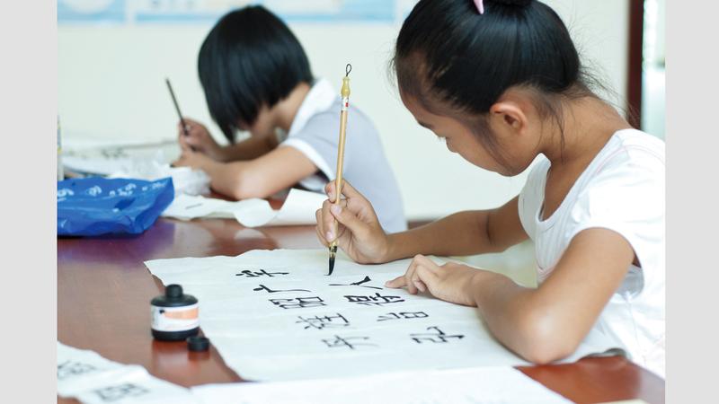 التلاميذ مطالبون بنسخ نصوص الكتب المدرسية والمفردات باليد.  أرشيفية