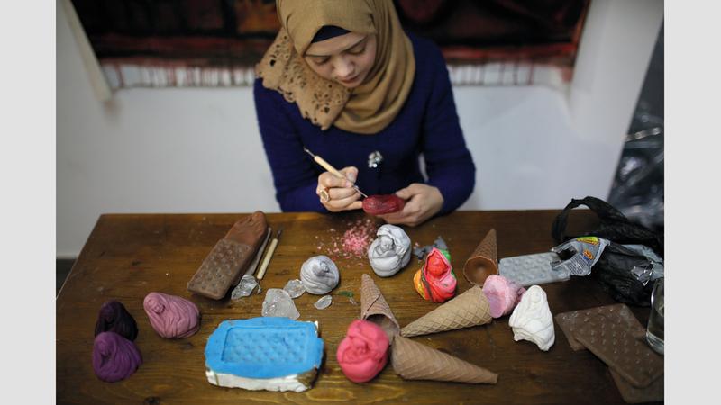دعاء قشطة استخدمت مواد خام بسيطة لإنجاز مشروعها.  الإمارات اليوم